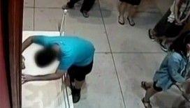 Dengesini kaybeden çocuk 350 yıllık tabloyu deldi