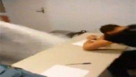 Öğretmen derste uyuyan öğrencisine öyle bir şey yaptı ki !