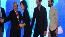 Yılın en iyi komedi dizisi ödülünü 'İlişki Durumu Karışık' aldı