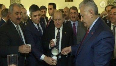 Başbakan Yıldırım Meclis'te milletvekillerine süt dağıttı