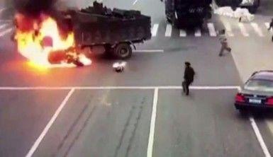 Motosiklet kamyonun yakıt tankına çarpınca