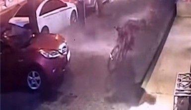 Kopan dev cam bisikletli şahsın üzerine düştü
