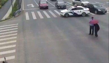 Yaşlı adam için otoyol trafiğini kapattı