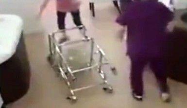 Pusetle oynarken bebeği yere düşürdü