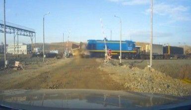 Tren kamyonete böyle çarptı