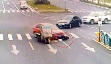 Sürücü otomobilin altında kaldı