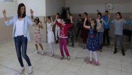 Suriyeli çocuklar okulu 'erik dalı' ile sevdi