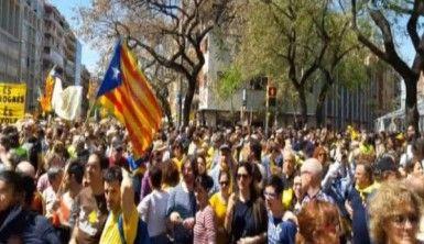 Katalanlar protesto için sokağa döküldü