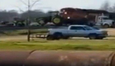 Tren traktörü ezdi geçti