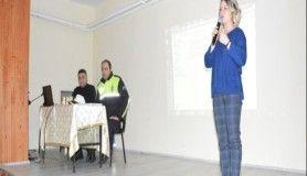 Niksar'da polis öğrencilere internet bağımlığını anlattı