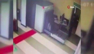 X-ray cihazından çantasıyla geçti