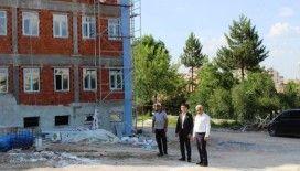 Kaymakam Okatan, İmam Hatip Ortaokulu inşaatında incelemelerde bulundu