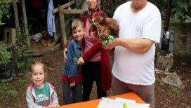 'Şaşkın' tavuğa 13. doğum günü kutlaması