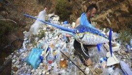 Sahilden topladığı atıkları sanat eserine dönüştürüyor