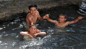 Çocuklar şifalı suda yüzerek serinliyorlar