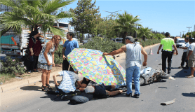 Antalya'da 40 derece sıcaklıkta yaralıya plaj şemsiyeli koruma