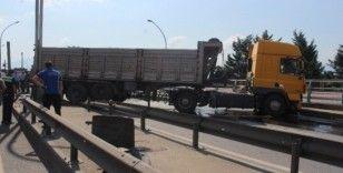 Otomobille çarpışan kamyon yolun karşı şeridine geçti, D-100 trafiğe kapandı