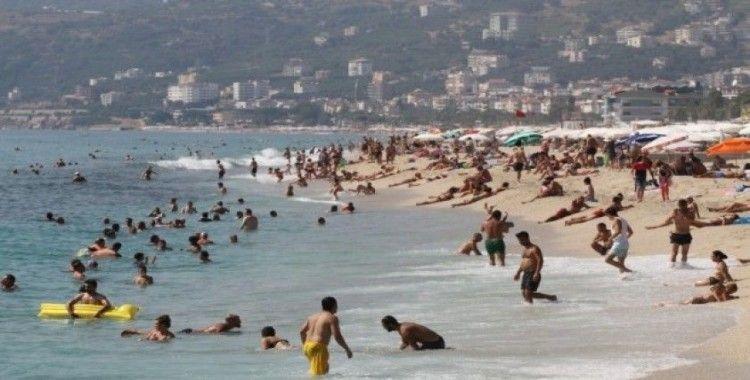 Alanya'da plajlar tıklım tıklım