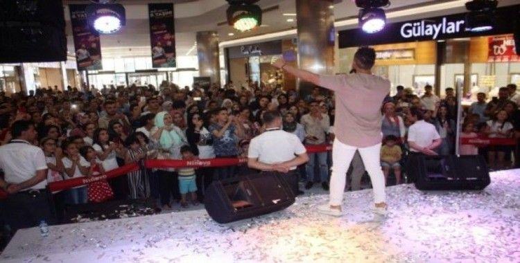 Ünlü şarkıcı Bahadır Tatlıöz, Diyarbakır'da konser verdi