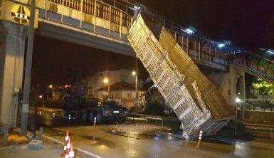 Damperi üst geçide takılan kamyon takla attı