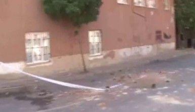 Binanın bacasından kopan parçalar aracın üzerine düştü