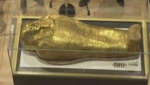 Mısır, 2 bin 100 yıllık antik yaldızlı tabutu sergiledi