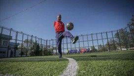 Futbol tutkusu tek koluyla hayata bağladı