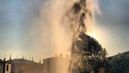 Boru patlayınca yükselen sular bina boyunu aştı