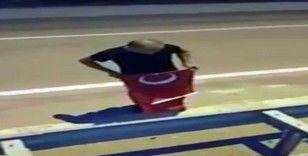 Yerde gördüğü Türk bayrağını bir an olsun düşünmeden yerden aldı