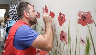 Fırçalar bu kez tuvalleri değil, hastane duvarlarını renklendirdi