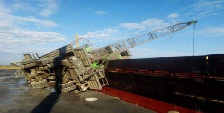 Limandaki geminin üzerine vinç devrildi
