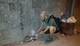 Hayatını sokak hayvanlarına adadı