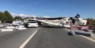 Otoyolda karşı şeride geçen tıra iki otomobil çarptı: 4 yaralı