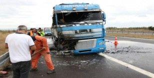 Bolu'da TEM Otoyolu'nda lastiği patlayan tır yandı