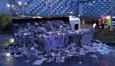 Sarıyer'de kamyon yan yattı
