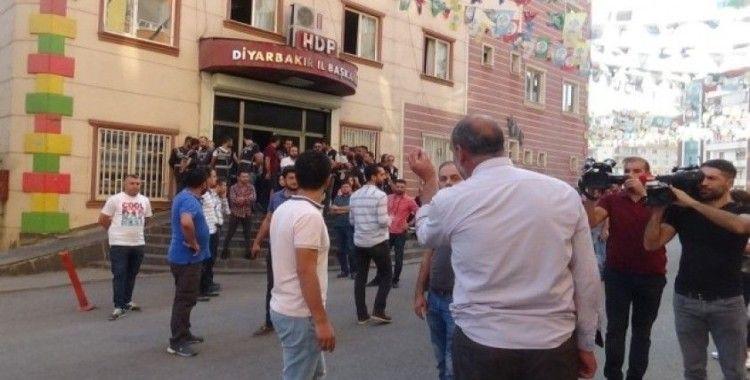 Diyarbakır'da HDP il binası önünde gergin anlar