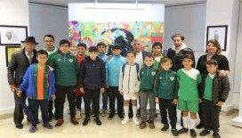 Maltepe'de minik futbolculardan resim sergisi