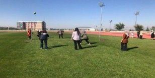 Kadın çalışanlar voleybol oynayarak mesailerine başladı