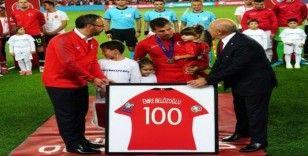 Emre Belözoğlu'na 100. maç hediyesi