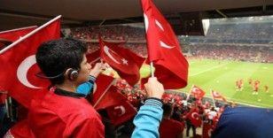 Görme engelli çocuklar milli maç heyecanını canlı sesli betimlemeyle yaşadı