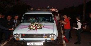 Aşkını duyurmak için gelin arabasını çekiciye yükledi