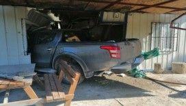 Yoldan 100 metre uzaklıktaki eve kamyonetiyle girdi