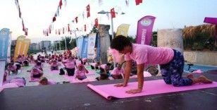 Yoga yaparak meme kanserine dikkat çektiler
