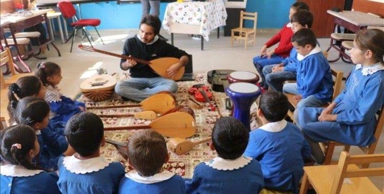 Köy çocuklarını müzik enstrümanlarıyla tanıştırıyor