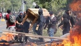 Şili'deki protestolarda süper market yakıldı