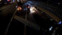 Motosikletli gencin trafikte attığı torpil otobüsün altında patladı
