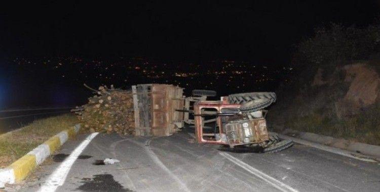 Hendek'te traktör devrildi: 2 yaralı