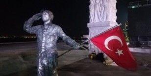 Canlı heykel olup 24 saat boyunca asker selamı verecek