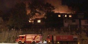 Başkent'te 3 gecekondu alev alev yandı