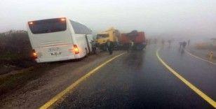 Yolcu otobüsü ile tır çarpıştı: 5 yaralı
